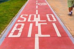 Czerwony rowerowy pas ruchu w Hiszpania Obrazy Royalty Free
