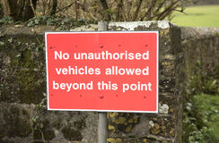 Czerwony ruchu drogowego znak żadny pojazdy poza to punkt Fotografia Royalty Free