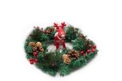 Czerwony Rudolph kochany z dużymi poroże Boże Narodzenie wianek zdjęcia royalty free