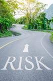 Czerwony ryzyko pisać na S krzywy drodze Fotografia Royalty Free