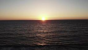 Czerwony słońce z słońca drogowym położeniem nad morzem w cibor paphos Zmierzch nad oceanem z niebem i falistym morzem zbiory wideo