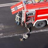 Czerwony samochód strażacki przyjeżdżający na telefonie w sprawie nagłego wypadku obraz royalty free