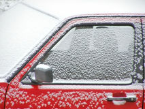 czerwony samochód śnieg Zdjęcia Stock