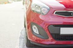 Czerwony samochód, reflektor zamknięty w górę, stonowany wizerunek, plenerowy zdjęcia stock