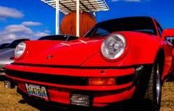 Czerwony samochód w mieście obrazy royalty free