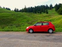 Czerwony samochód w naturze obrazy royalty free