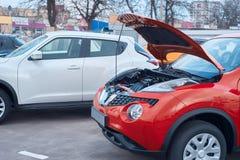 Czerwony samochód z otwartym kapiszonem obraz royalty free