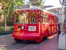 Czerwony Samochodowy tramwaj przy Disney Kalifornia przygody parkiem Zdjęcie Royalty Free