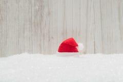 Czerwony Santa kapelusz w śniegu Fotografia Stock