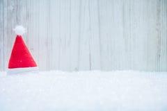 Czerwony Santa kapelusz w śniegu Zdjęcie Stock