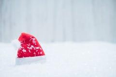 Czerwony Santa kapelusz w śniegu Obrazy Stock