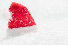 Czerwony Santa kapelusz w śniegu Zdjęcie Royalty Free