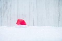 Czerwony Santa kapelusz w śniegu Fotografia Royalty Free