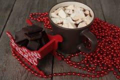 Czerwony Santa sanie z czekoladą, gorący kakao z marshmallows, Bożenarodzeniowe dekoracje Bożenarodzeniowy cud wkrótce Fotografia Stock