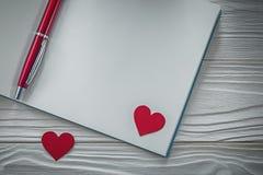 Czerwony serca ballpoint pióra pusty notatnik na drewno deski edukaci Obraz Royalty Free