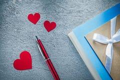 Czerwony serca ballpoint pióra rocznika writing rezerwuje na kruszcowym backg Zdjęcia Royalty Free