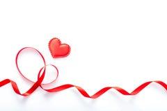 Czerwony serca i czerwieni faborek na białym tle Obraz Stock