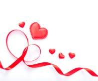 Czerwony serca i czerwieni faborek na białym tle Zdjęcie Stock