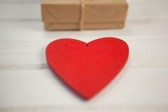 Czerwony serca i prezenta pudełko na drewnianej desce Obraz Royalty Free