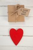 Czerwony serca i prezenta pudełko na drewnianej desce Zdjęcie Stock