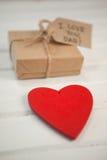 Czerwony serca i prezenta pudełko na drewnianej desce Fotografia Stock