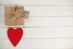 Czerwony serca i prezenta pudełko na drewnianej desce Obrazy Royalty Free
