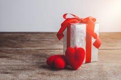 Czerwony serca i prezenta pudełko na drewnianym tle Zdjęcia Stock