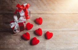 Czerwony serca i prezenta pudełko na drewnianym tle Zdjęcie Royalty Free