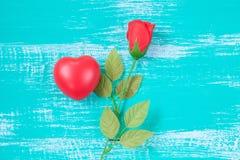 czerwony serca i róży kwiat na roczniku barwi drewno Zdjęcie Stock