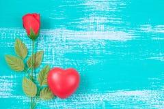 czerwony serca i róży kwiat na roczniku barwi drewno Obrazy Stock