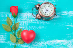 czerwony serca i róży kwiat na roczniku barwi drewno Fotografia Stock