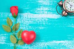 czerwony serca i róży kwiat na roczniku barwi drewno Obrazy Royalty Free