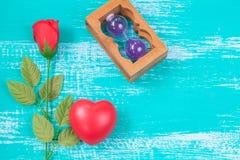 czerwony serca i róży kwiat na roczniku barwi drewno Zdjęcie Royalty Free