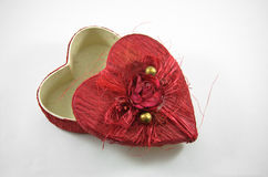 Czerwony serca pudełko z wzrastał obrazy stock