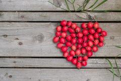 Czerwony serce głogowe jagody na drewnianym tle Zdjęcie Royalty Free