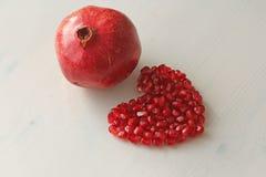 Czerwony serce granaty Duży Dojrzały Czerwony Granets lub Garnets Owoc o Zdjęcia Royalty Free
