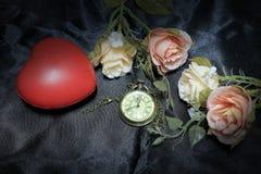 Czerwony serce i wzrastał z rocznika złocistym kieszeniowym zegarkiem na czarnym tkaniny tle Miłość czasu pojęcie Wciąż życie sty Obraz Royalty Free