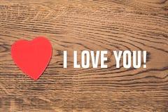 Czerwony serce ja i tekst «kocham ciebie «na drewnianym tle obraz stock
