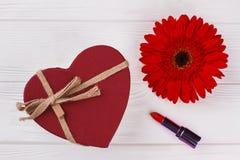 Czerwony serce kształtujący pudełka, lipstic i stokrotki kwiat, zdjęcia stock