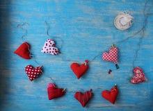 Czerwony serce lokalizować na błękitnym tle Zdjęcia Royalty Free