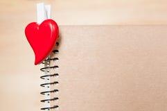 Czerwony serce na ślimakowatym notepad dostępny karciany dzień kartoteki valentines wektor Zdjęcie Royalty Free