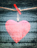 Czerwony serce na arkanie na grunge drewnianym tle Obrazy Stock