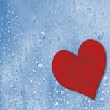 Czerwony serce na błękita mokrym szkle pocałunek miłości człowieka koncepcja kobieta czerwona róża Zdjęcia Royalty Free