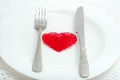 Czerwony serce na białym talerzu obrazy royalty free