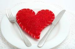 Czerwony serce na białym talerzu Obrazy Stock