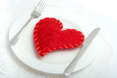 Czerwony serce na białym talerzu zdjęcie royalty free