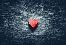Czerwony serce na ciemnym drewnianym tle zdjęcia stock