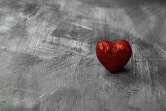 Czerwony serce na ciemnym tle kosmos kopii Zdjęcia Royalty Free