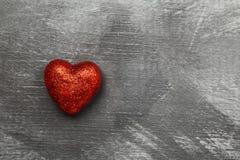 Czerwony serce na ciemnym tle Odgórny widok, kopii przestrzeń Obraz Royalty Free