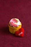Czerwony serce na drewnianym prezencie dla walentynka dnia zdjęcie royalty free